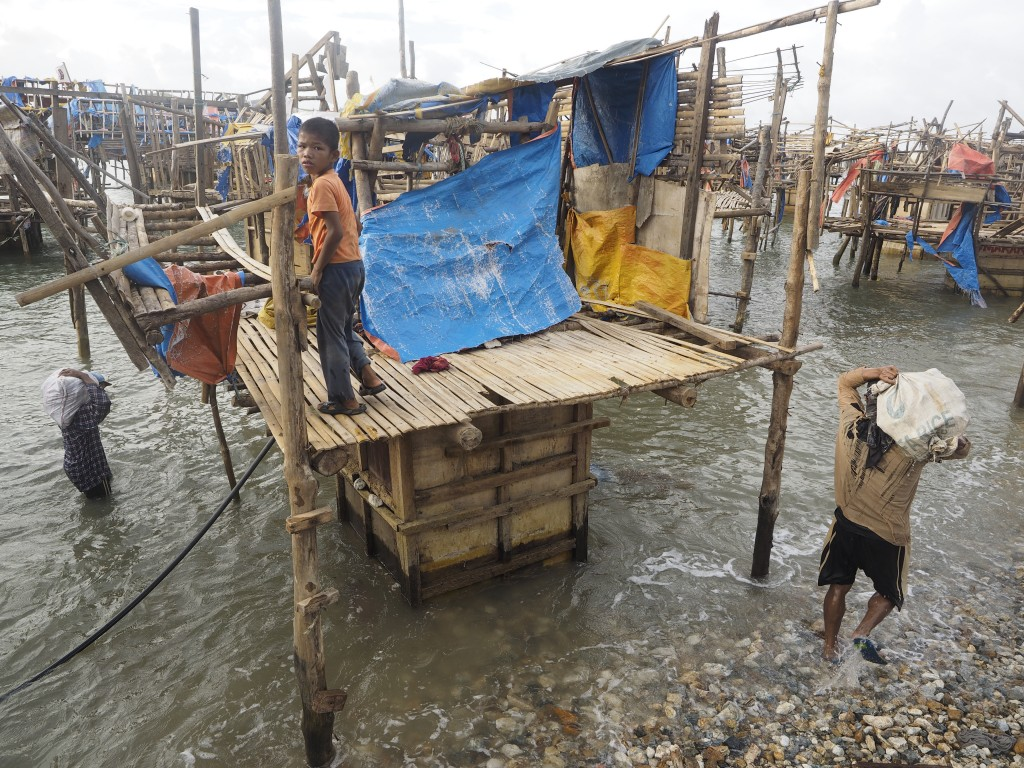 Workers stay on anchored rafts of wood and bamboo. Photo by Larry C. Price/Pulitzer Center on Crisis Reporting
