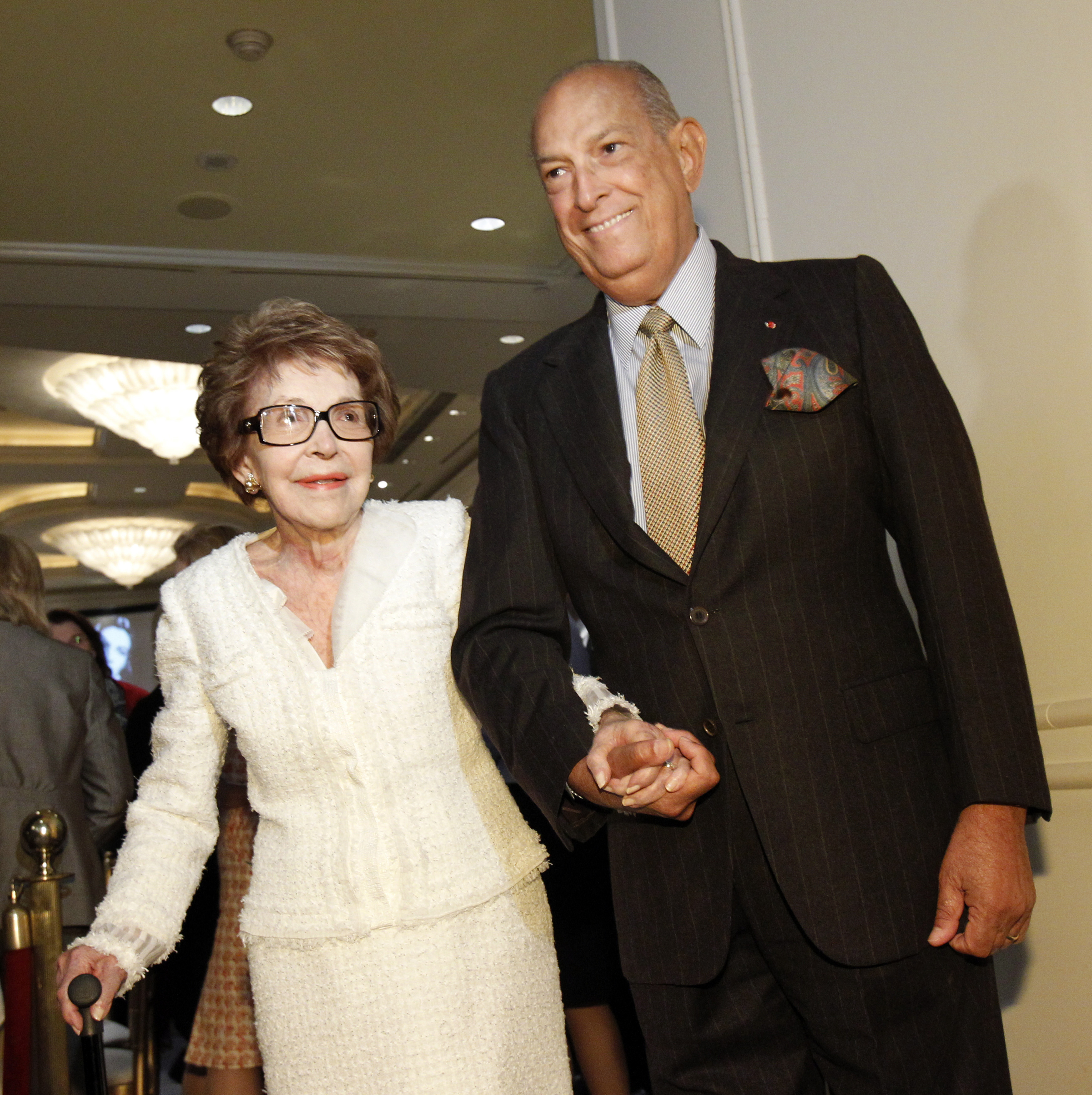The designer with former First Lady Nancy Reagan. REUTERS/Mario Anzuoni.