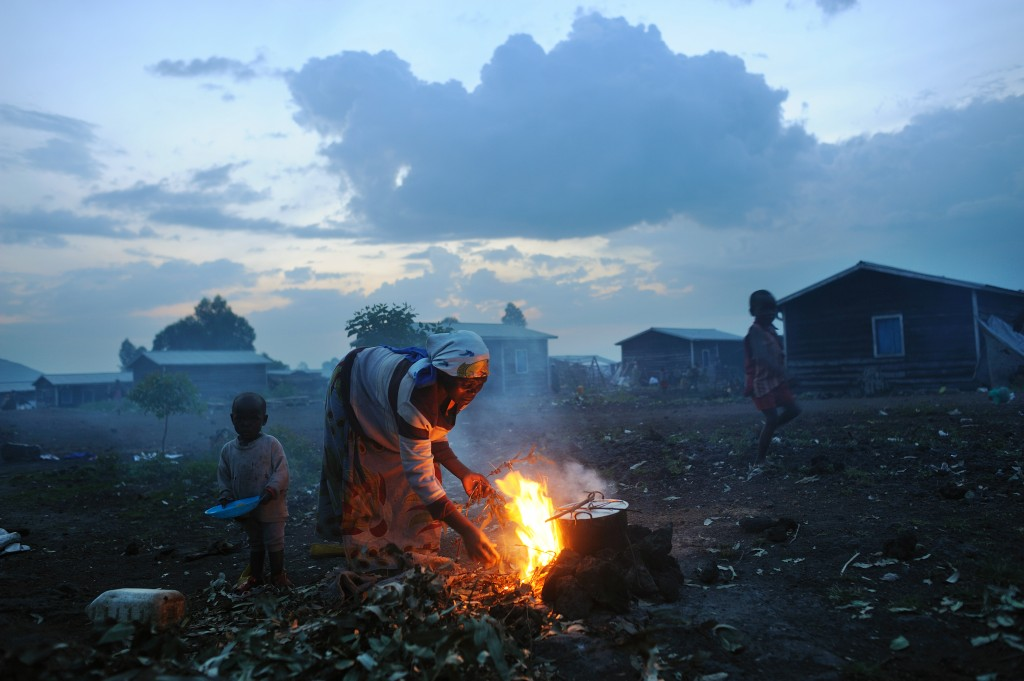 A Congolese woman displaced from recent fighting cooks in the evening at Kibati camp in Goma, in eastern Congo, November 26, 2008. Photo by Lynsey Addario