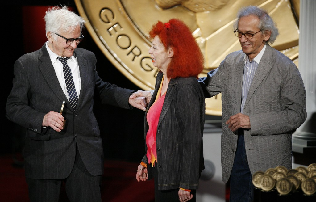 "Director Albert Maysles, left, thanks artists Christo, right, and Jeanne-Claude after accepting a Peabody for a documentary about the art installation ""The Gates"" during the 68th annual George Foster Peabody Award ceremony in New York May 18, 2009. Photo by REUTERS/Lucas Jackson"