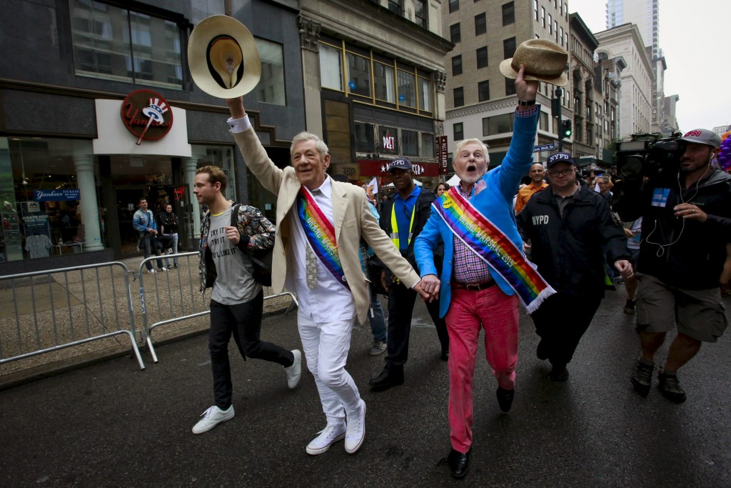 Actors Ian McKellen (centre L) and and Derek Jacobi (centre R) wave to the crowd as they attend as grand marshals during the annual Gay Pride parade in New York June 28, 2015. REUTERS/Eduardo Munoz - RTX1I5FC