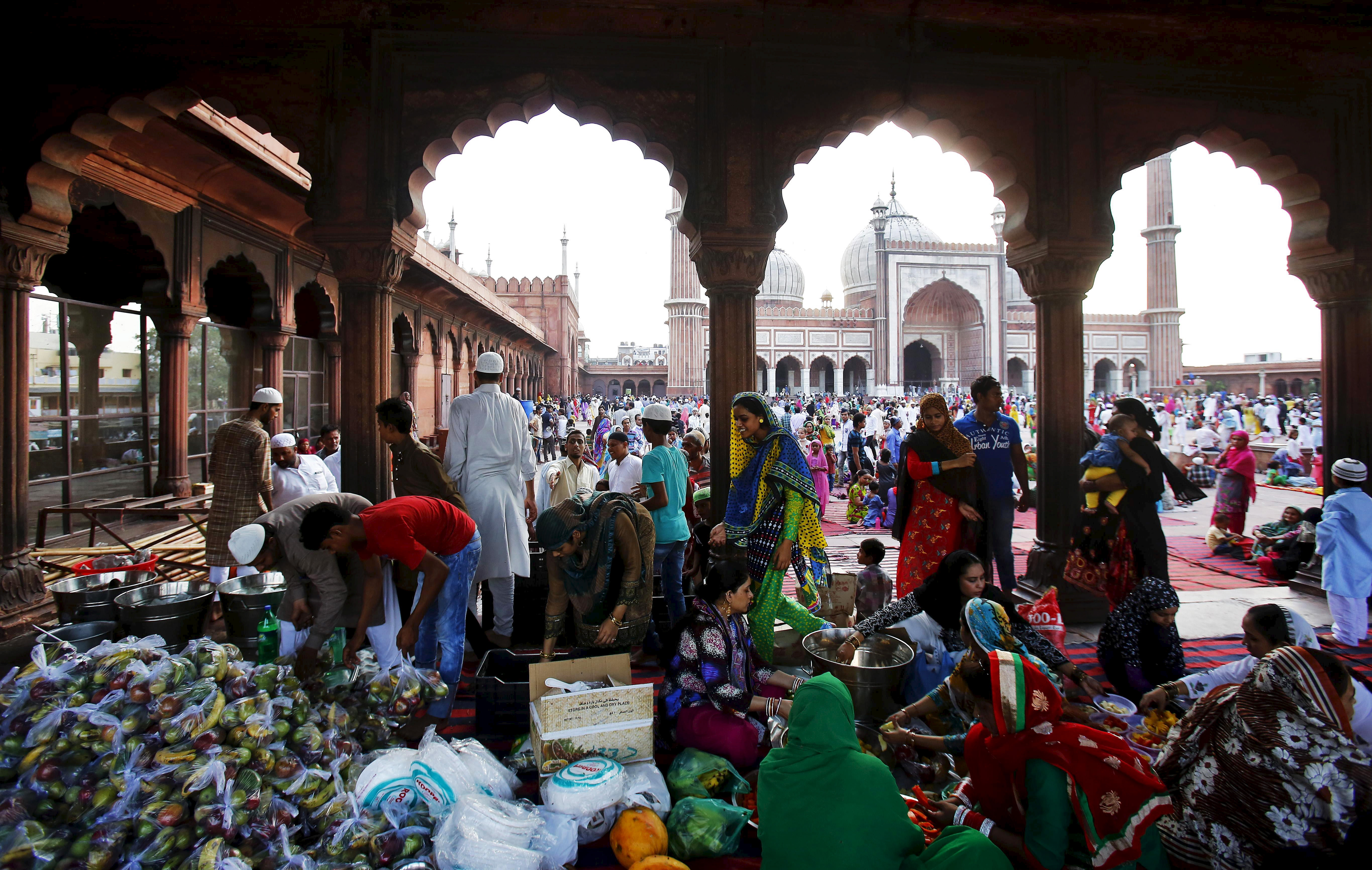 Muslims prepare to distribute free Iftar (breaking of fast) meals as part of charity activities during the holy month of Ramadan at the Jama Masjid (Grand Mosque) in the old quarters of Delhi, India, July 2, 2015. Photo by Anindito Mukherjee/Reuters
