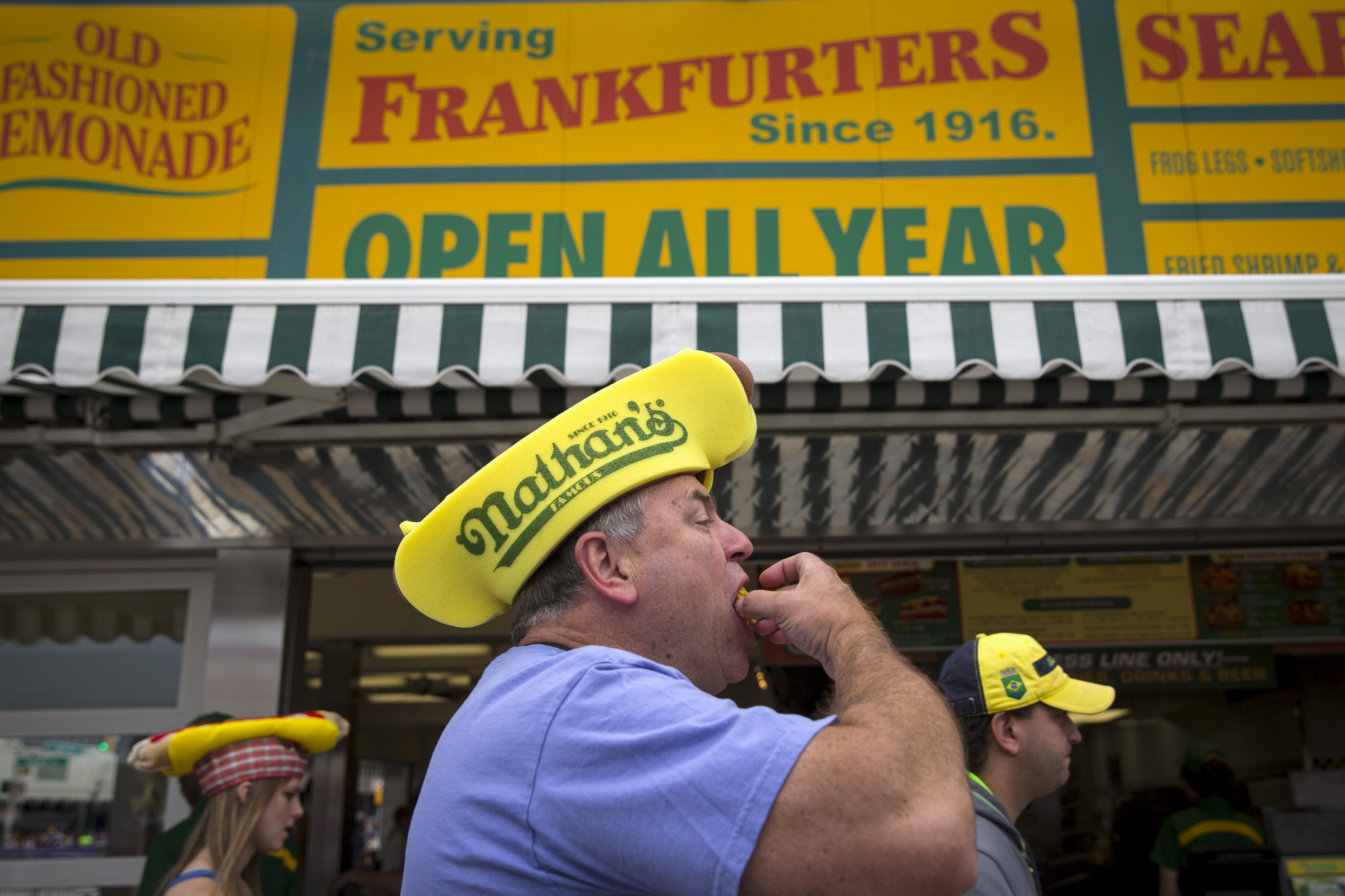 Bob Spam of Bellmore, New York eats a hot dog before the commencement of Nathan's Famous Hot Dog Eating Contest in Brooklyn, New York July 4, 2015. REUTERS/Andrew Kelly - RTX1IZXX