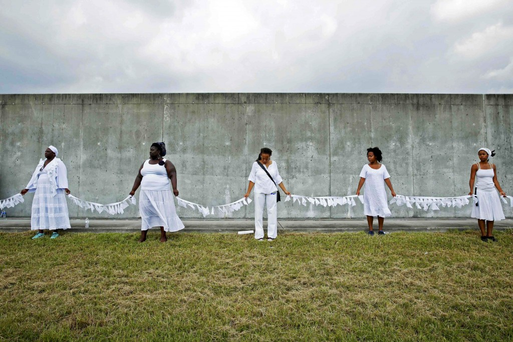 Performers from Gallery of the Streets participate in a ceremony at the site of the 2005 Industrial Canal levee failure marking the tenth anniversary of Hurricane Katrina in the Lower 9th Ward in New Orleans, Louisiana August 29, 2015.  REUTERS/Edmund D. Fountain - RTX1Q7Q0