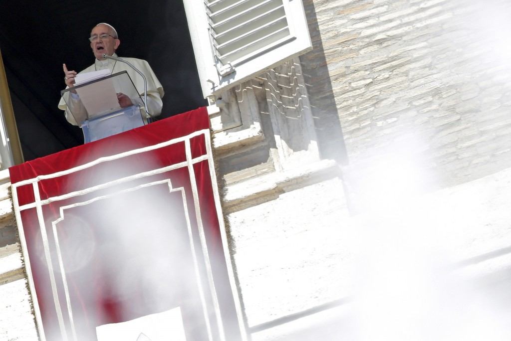 Pope Francis, framed by the water of a fountain, talks from the window during his Sunday Angelus prayer in Saint Peter's square at the Vatican, August 30, 2015. REUTERS/Max Rossi - RTX1Q9A9