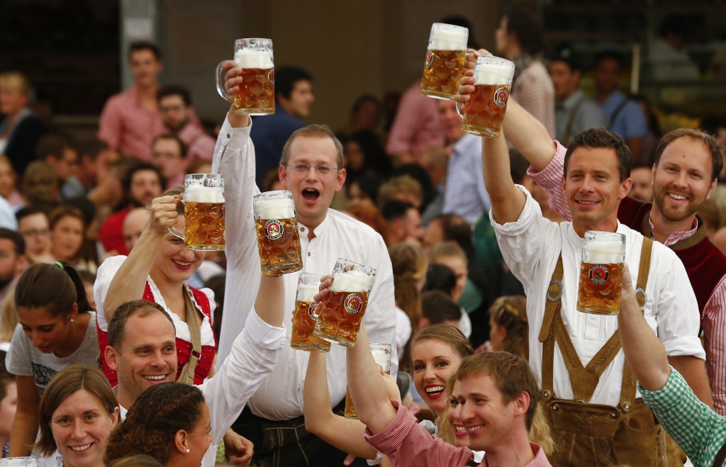 Visitors cheer with beer during the opening ceremony for the 182nd Oktoberfest in Munich, Germany, September 19, 2015. Millions of beer drinkers from around the world will come to the Bavarian capital over the next two weeks for Oktoberfest, which starts today and runs until October 4, 2015.       REUTERS/Michael Dalder   - RTS1UI9