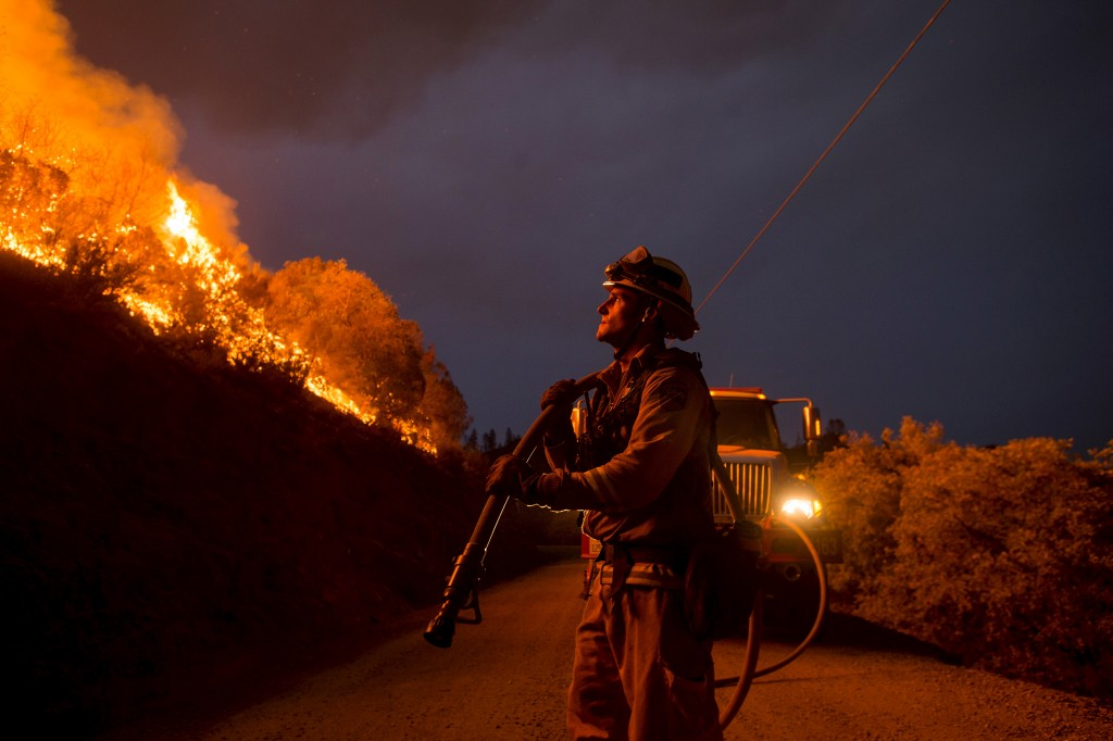 Firefighter Andrew Dodds monitors a backfire while battling the Butte fire near San Andreas, California September 12, 2015. The Butte fire has destroyed 86 homes and 51 outbuildings in rural Amador and Calaveras counties, where it covers an estimated 65,000 acres (26,305 hectares), officials said. REUTERS/Noah Berger - RTSU1T