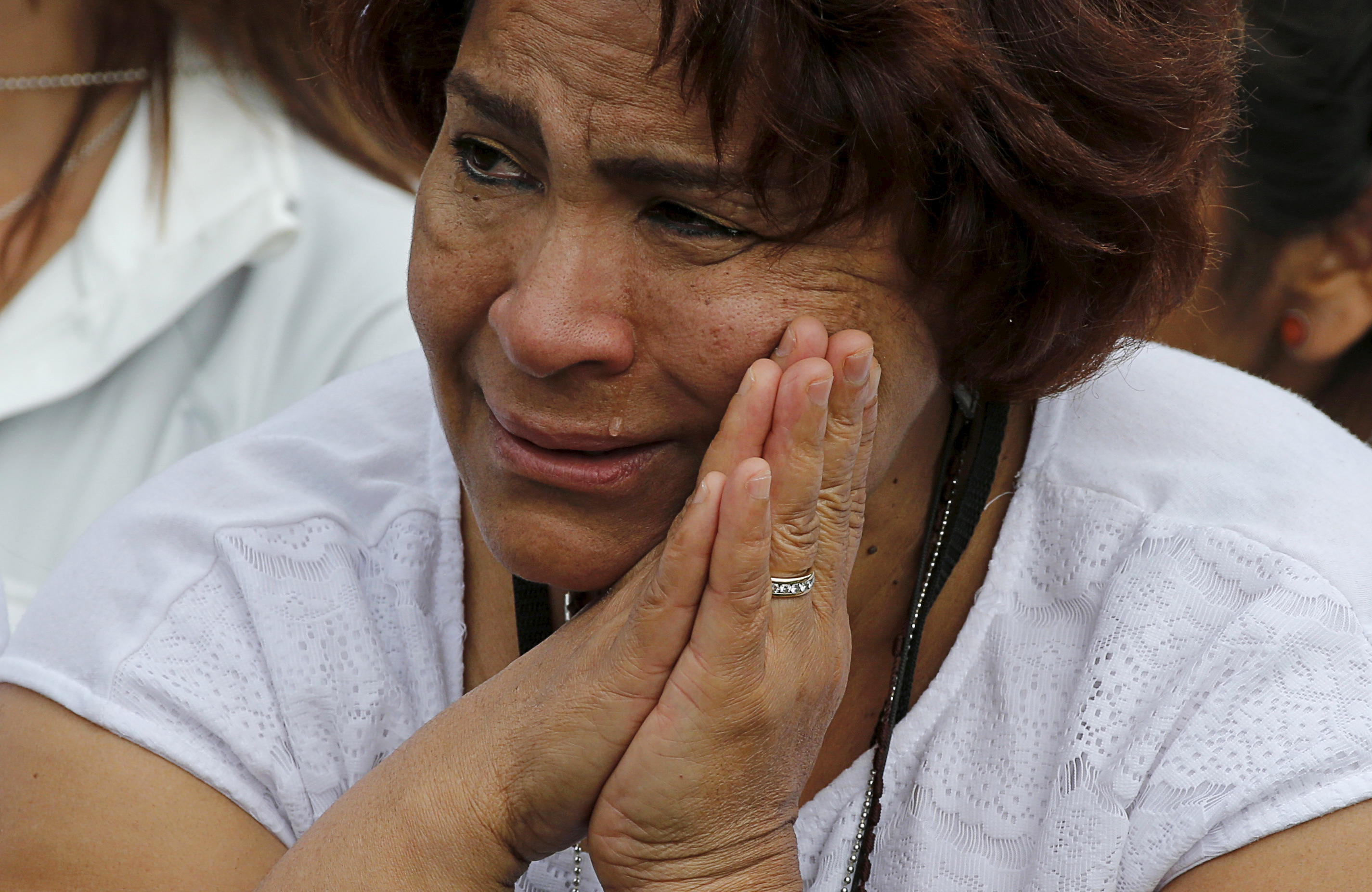 A worshipper has tears running down her face as she stands on Independence Mall in Philadelphia watching a television feed of Pope Francis celebrating a mass nearby at the Cathedral Basilica of Saints Peter and Paul in Philadelphia, Pennsylvania September 26, 2015.   REUTERS/Jim Bourg - RTX1SLYG
