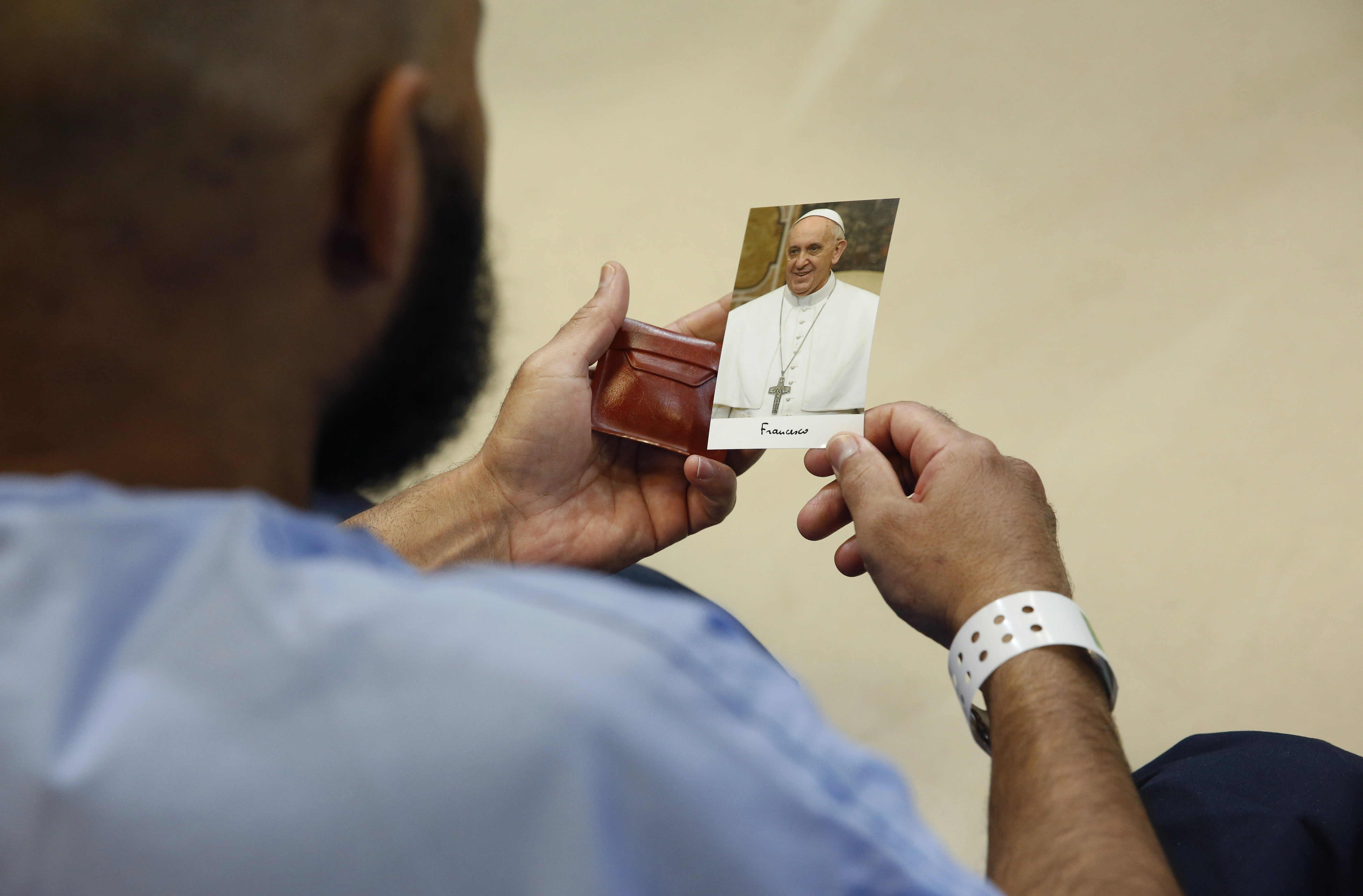 An inmate hold a photo of Pope Francis as he meets with prisoners at Curran-Fromhold Correctional Facility in Philadelphia, September 27, 2015.       REUTERS/Jonathan Ernst - RTX1SPRY