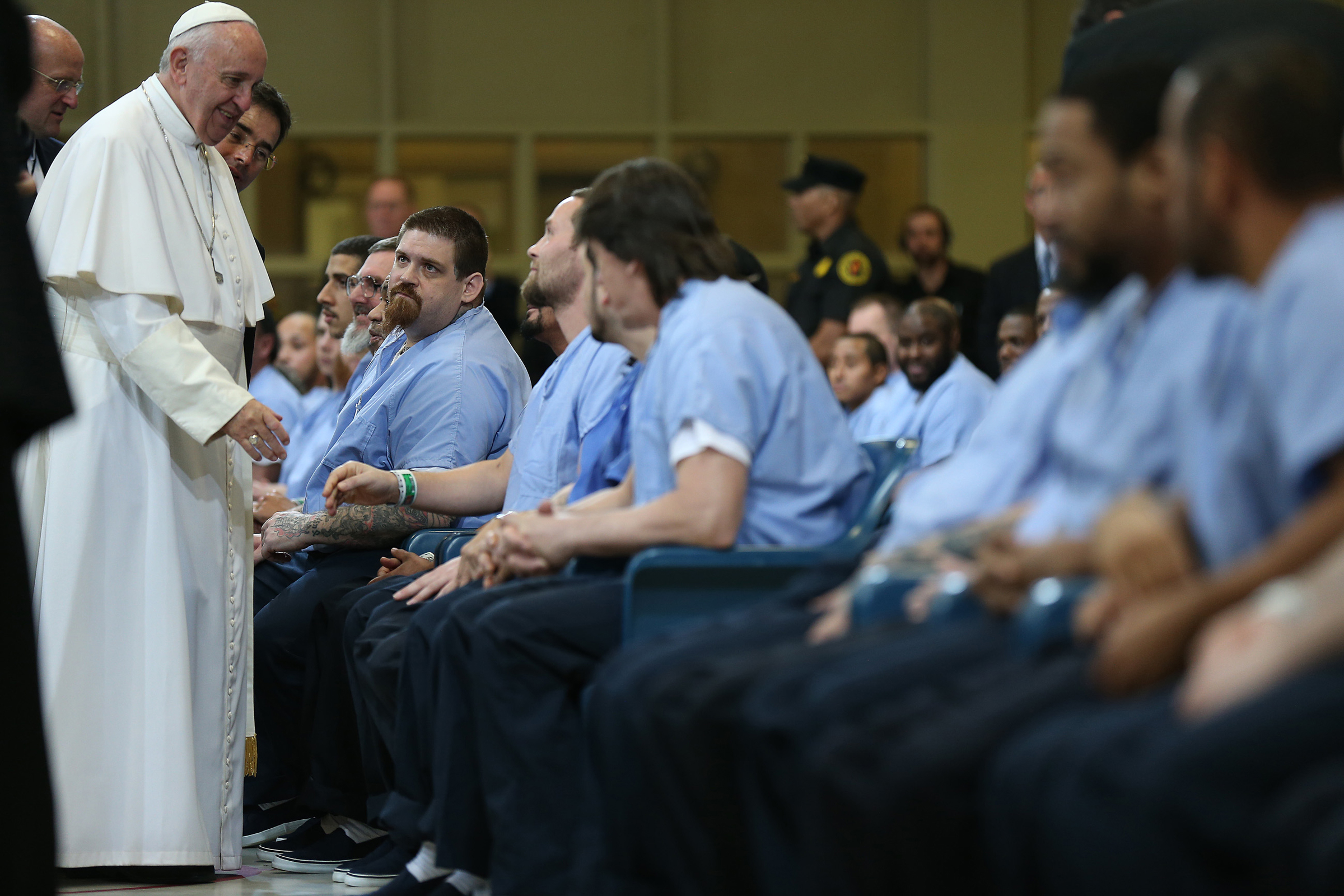 Pope Francis greets inmates during his visit to the Curran-Fromhold Correction Facility in Philadelphia, Pennsylvania September 27, 2015. REUTERS/David Maialetti/Pool - RTX1SPSZ