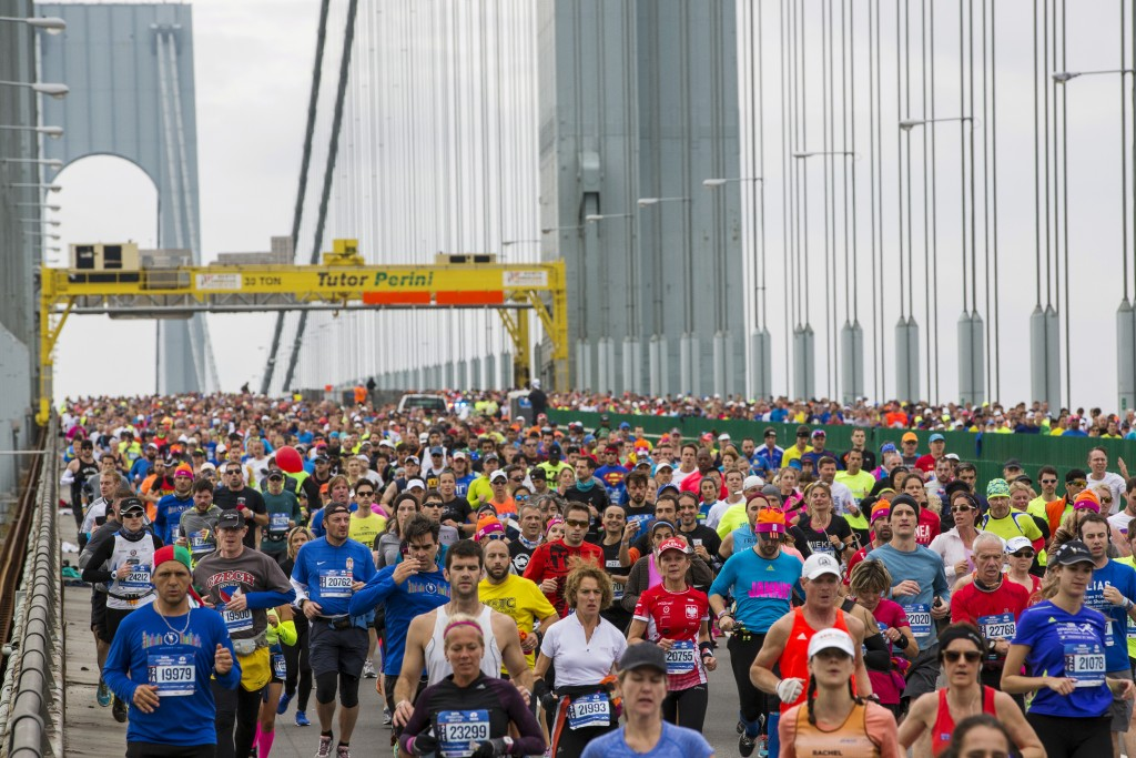 Runners cross the Verrazano-Narrows Bridge shortly after the start of the New York City Marathon in New York November 1, 2015. REUTERS/Lucas Jackson - RTX1U9PV