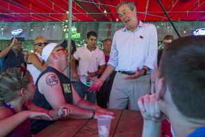 U.S. Republican presidential candidate Jeb Bush (2nd R) shares a laugh with attendees at the Iowa State Fair in Des Moines, Iowa on Aug. 14, 2015. Photo By Jim Young/Reuters