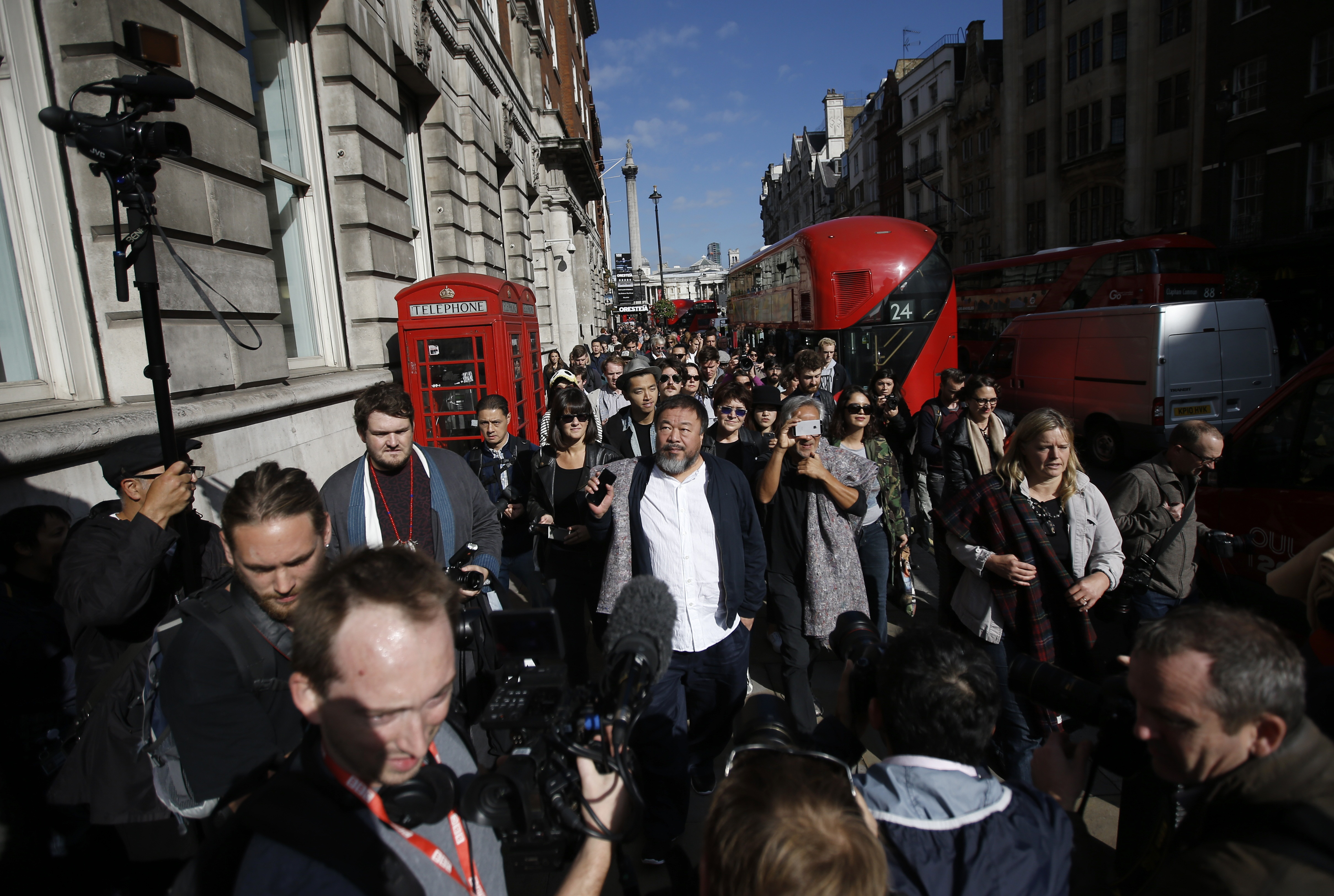 Artists Ai Wei Wei and Anish Kapoor (R) carry blankets to symbolize the plight of refugees,  as they walk through central London, September 17, 2015. REUTERS/Peter Nicholls - RTS1K7G