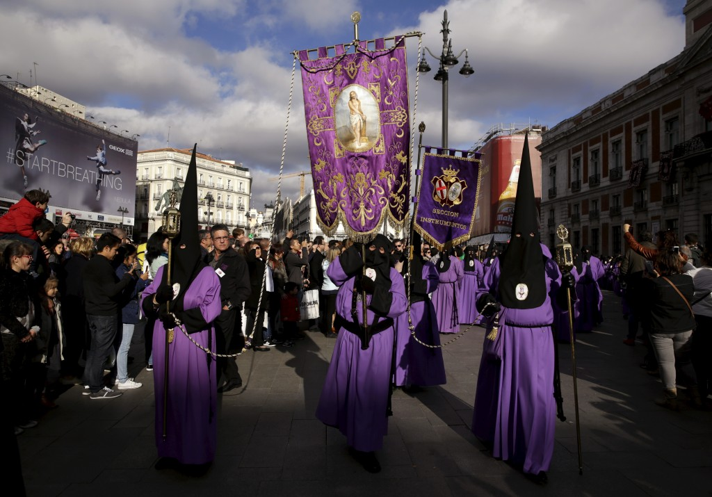"Penitents take part in the procession of ""La Soledad"" brotherhood during Holy Week in Puerta del Sol Square in Madrid, Spain, March 26, 2016. REUTERS/Andrea Comas - RTSCD29"