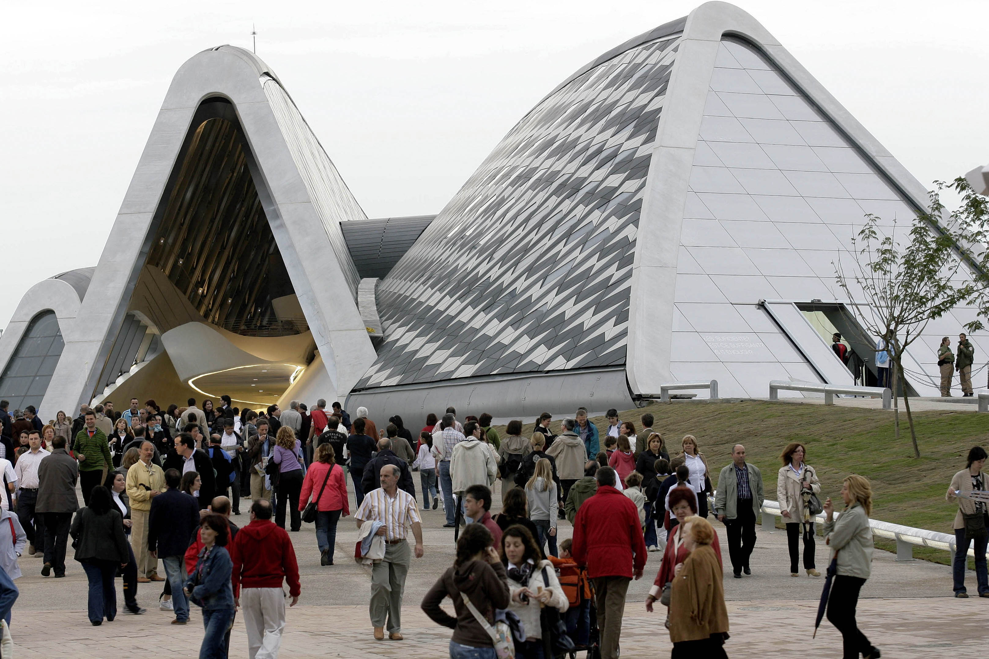 "Visitors walk on Bridge Pavilion on Ebro river during a preview of Expo Zaragoza June 11, 2008. The world's fair, bearing the theme of ""water and sustainable development"", opens on June 14.  REUTERS/Luis Correas (SPAIN) - RTX6SCX"