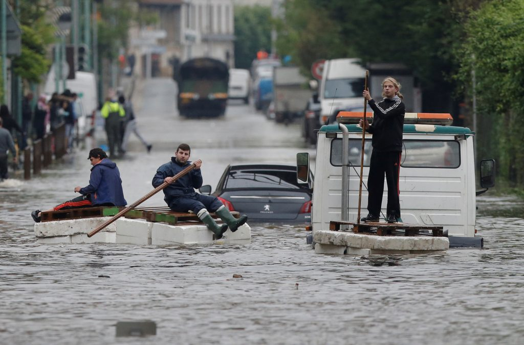 Residents who refused to be evacuated sit on makeshift boats during evacuation operations of the Villeneuve-Trillage flooded suburb in Villeneuve Saint-Georges, outside Paris, France, June 3, 2016 after days of almost non-stop rain caused flooding in the country. Photo By Christian Hartmann/Reuters