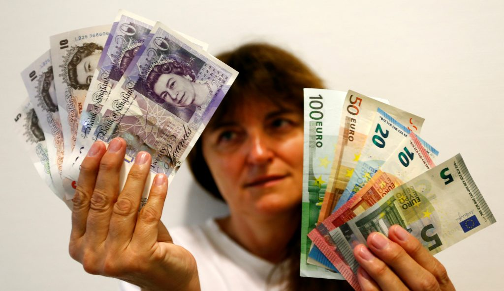 An employee holds British pounds and Euro banknotes in a bank at the main train station in Munich, Germany, June 24, 2016 after Britain voted to leave the European Union in the EU BREXIT referendum. REUTERS/Michaela Rehle - RTX2HZQE
