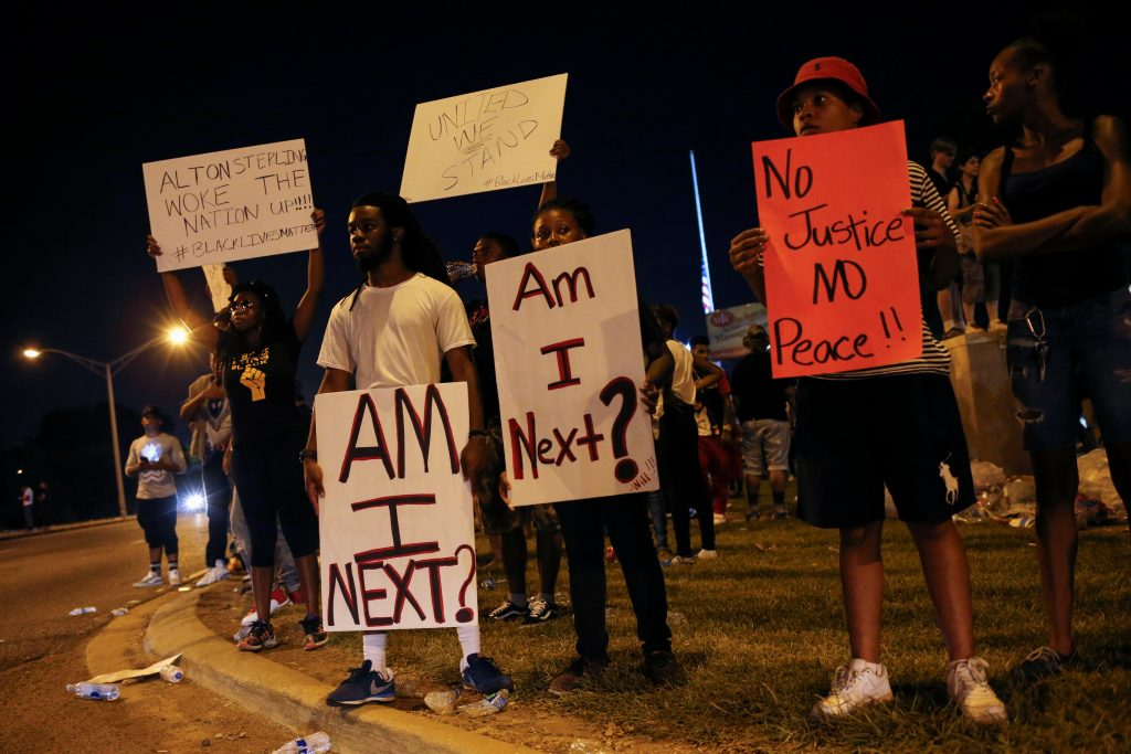 Demonstrators protest the shooting death of Alton Sterling near the headquarters of the Baton Rouge Police Department in Baton Rouge, Louisiana, U.S. July 10, 2016. REUTERS/Shannon Stapleton - RTSH4DC