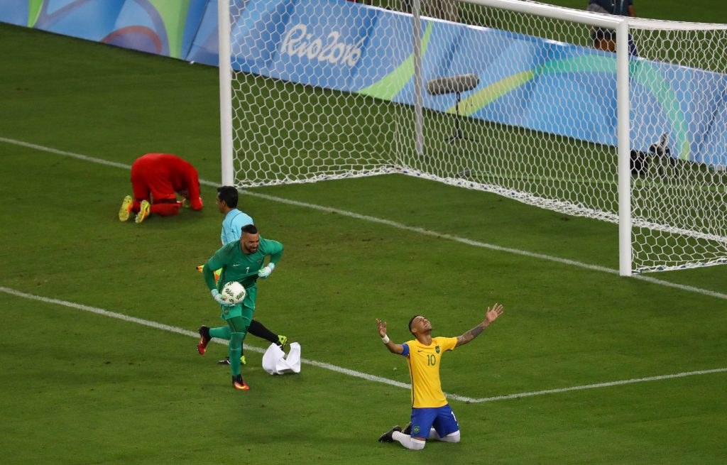 2016 Rio Olympics - Soccer - Final - Men's Football Tournament Gold Medal Match Brazil vs Germany - Maracana - Rio de Janeiro, Brazil - 20/08/2016. Neymar (BRA) of Brazil celebrates with goalkeeper Weverton (BRA) of Brazil after they won the penalty shootout and the gold medal. REUTERS/Leonhard Foeger FOR EDITORIAL USE ONLY. NOT FOR SALE FOR MARKETING OR ADVERTISING CAMPAIGNS. - RTX2MD6E