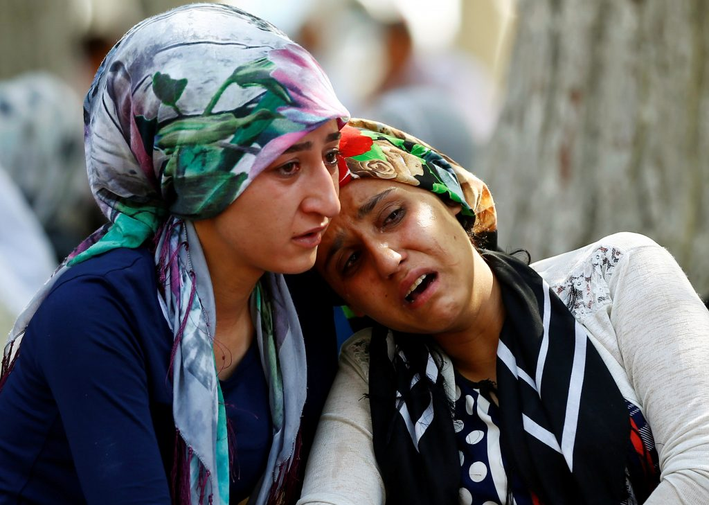 Women mourn as they wait in front of a hospital morgue in the Turkish city of Gaziantep, after a suspected bomber targeted a wedding celebration in the city, Turkey, August 21, 2016. REUTERS/Osman Orsal - RTX2MEDQ