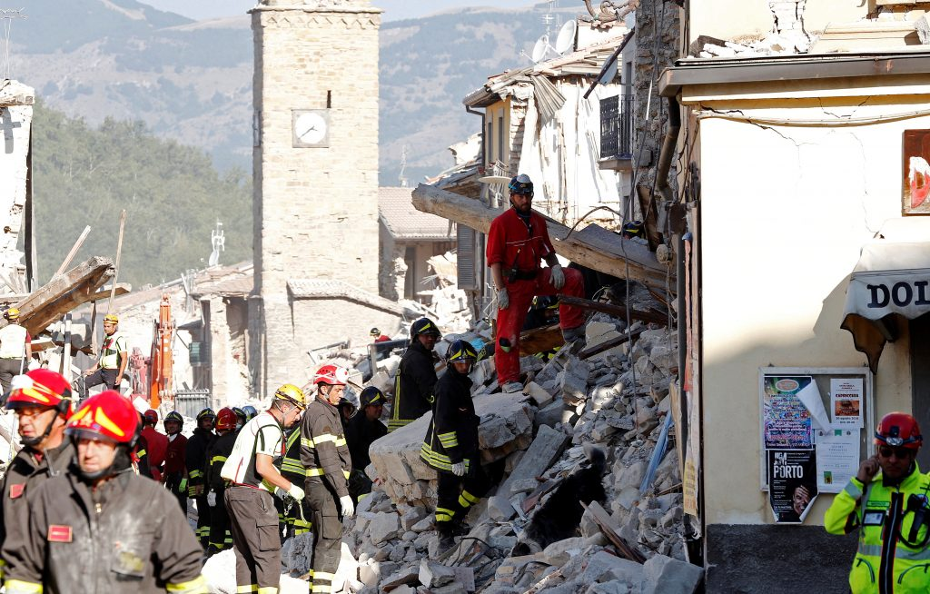 Firefighters and rescuers work following an earthquake in Amatrice, central Italy August 27, 2016. REUTERS/Ciro De Luca - RTX2N8HV