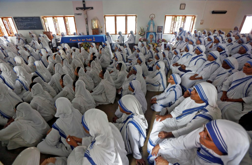 Nuns from the Missionaries of Charity in Kolkata, India, watch a live broadcast of the canonisation of Mother Teresa at a ceremony held in the Vatican, September 4, 2016. REUTERS/Rupak De Chowdhuri - RTX2O1XG