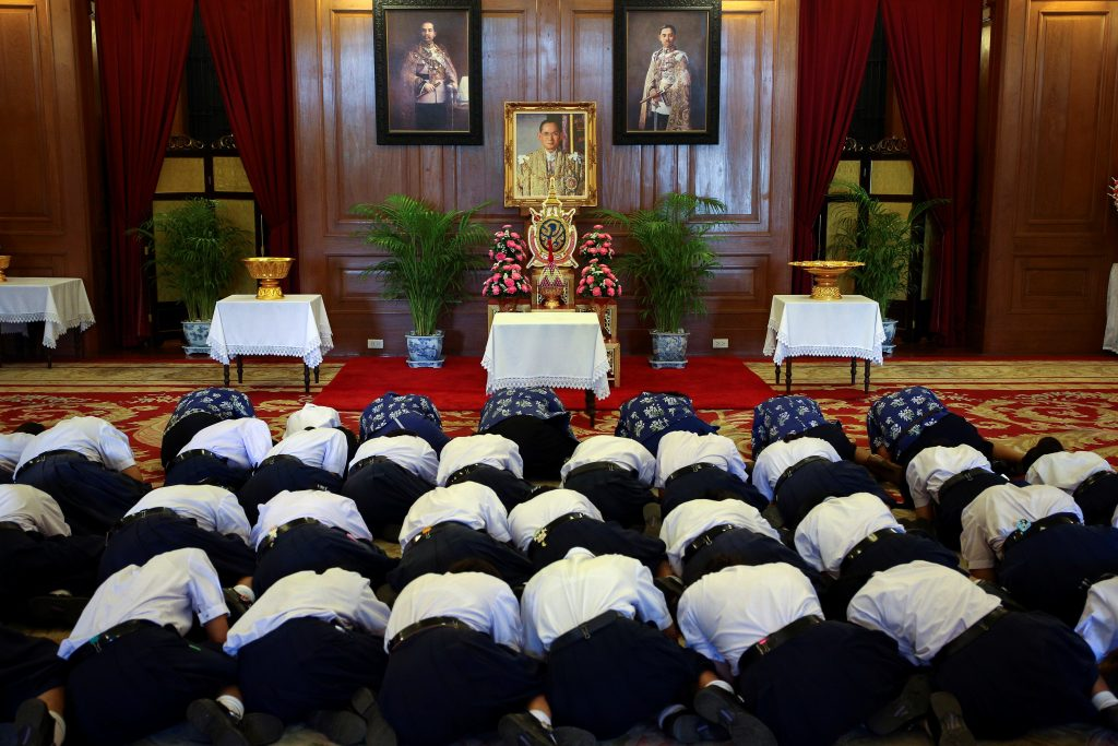 Well-wishers pray for the health of Thailand's King Bhumibol Adulyadej at the Grand Palace in Bangkok, Thailand, October 13, 2016. REUTERS/Athit Perawongmetha