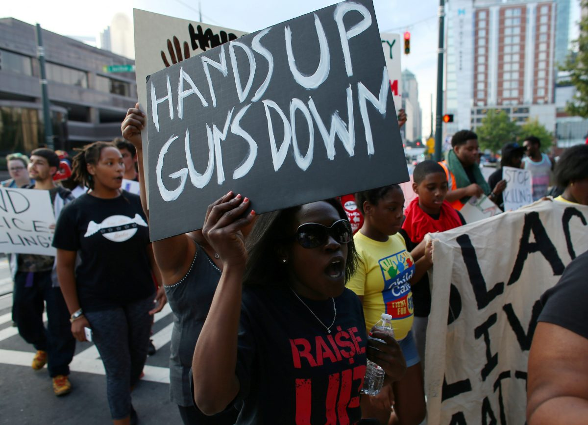 Demonstrators march to protest the police shooting of Keith Scott in Charlotte, North Carolina, U.S., September 26, 2016. REUTERS/Mike Blake - RTSPK2Q