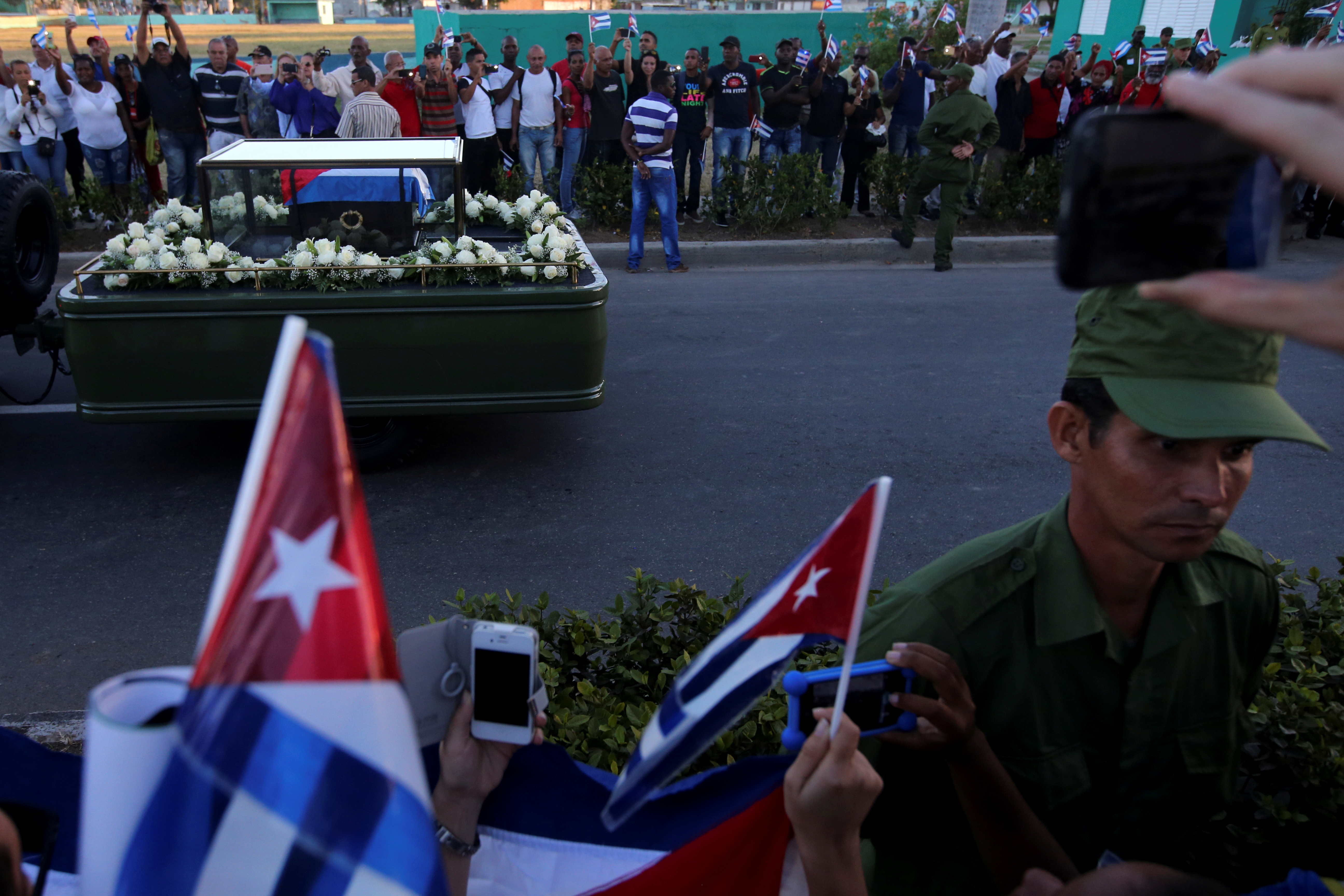 A soldier stands as he guards the cortege carrying Cuba's former President Fidel Castro's ashes to a cemetery in Santiago de Cuba, Cuba December 4, 2016. Photo By Carlos Barria/Reuters