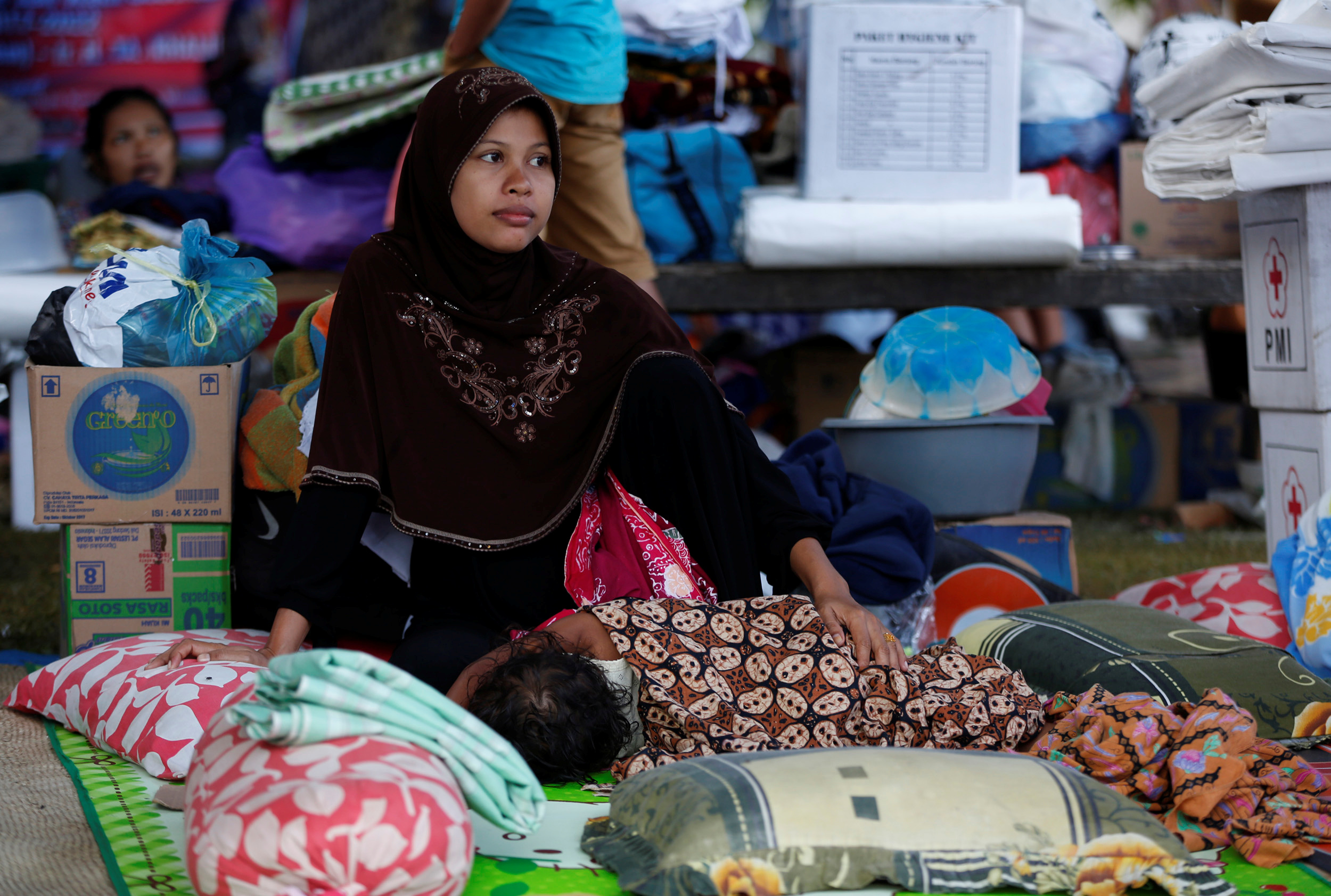 A woman and her child stay in temporary shelter at a mosque following this week's strong earthquake in Meureudu, Pidie Jaya, Aceh province, Indonesia December 10, 2016. REUTERS/Darren Whiteside - RTX2UD7E