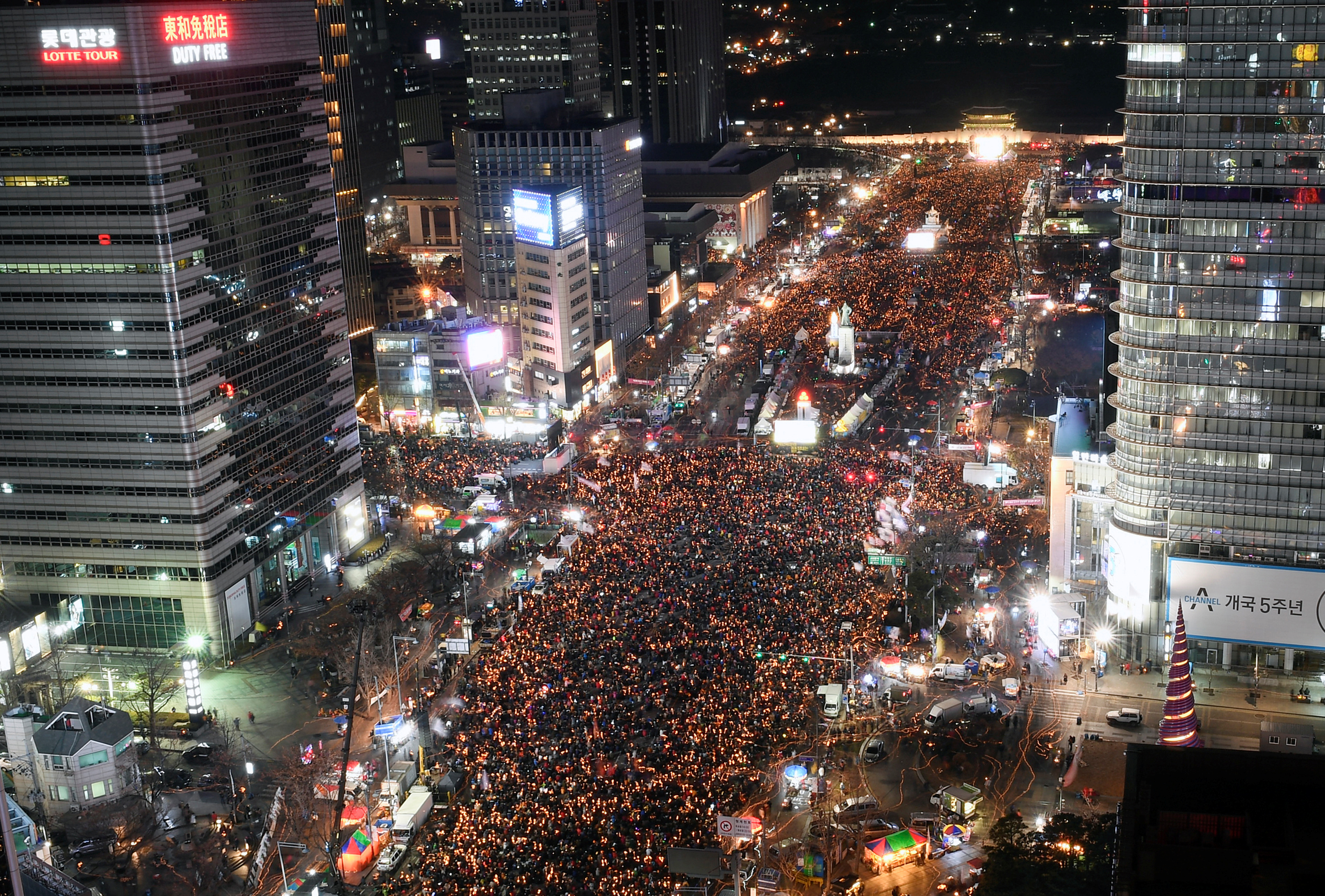 Protesters occupy major streets in the city center for a rally against South Korean President Park Geun-Hye in Seoul, South Korea December 10, 2016. REUTERS/Kim Min-Hee/Pool - RTX2UE2H