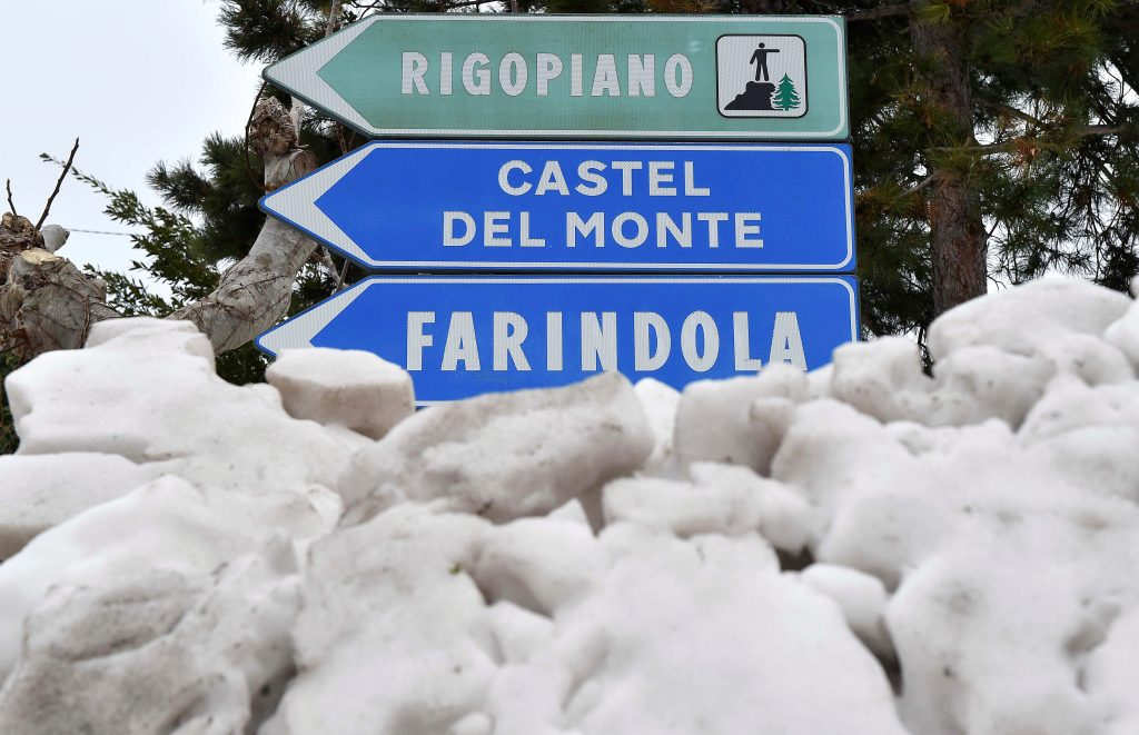 A roadsign shows the Rigopiano direction in the town of Farindola, central Italy, following a series of earthquakes and a snow avalanche hitting a hotel in central Italy, January 20, 2017. REUTERS/Emiliano Grillotti FOR EDITORIAL USE ONLY. NO RESALES. NO ARCHIVES - RTSWFN8