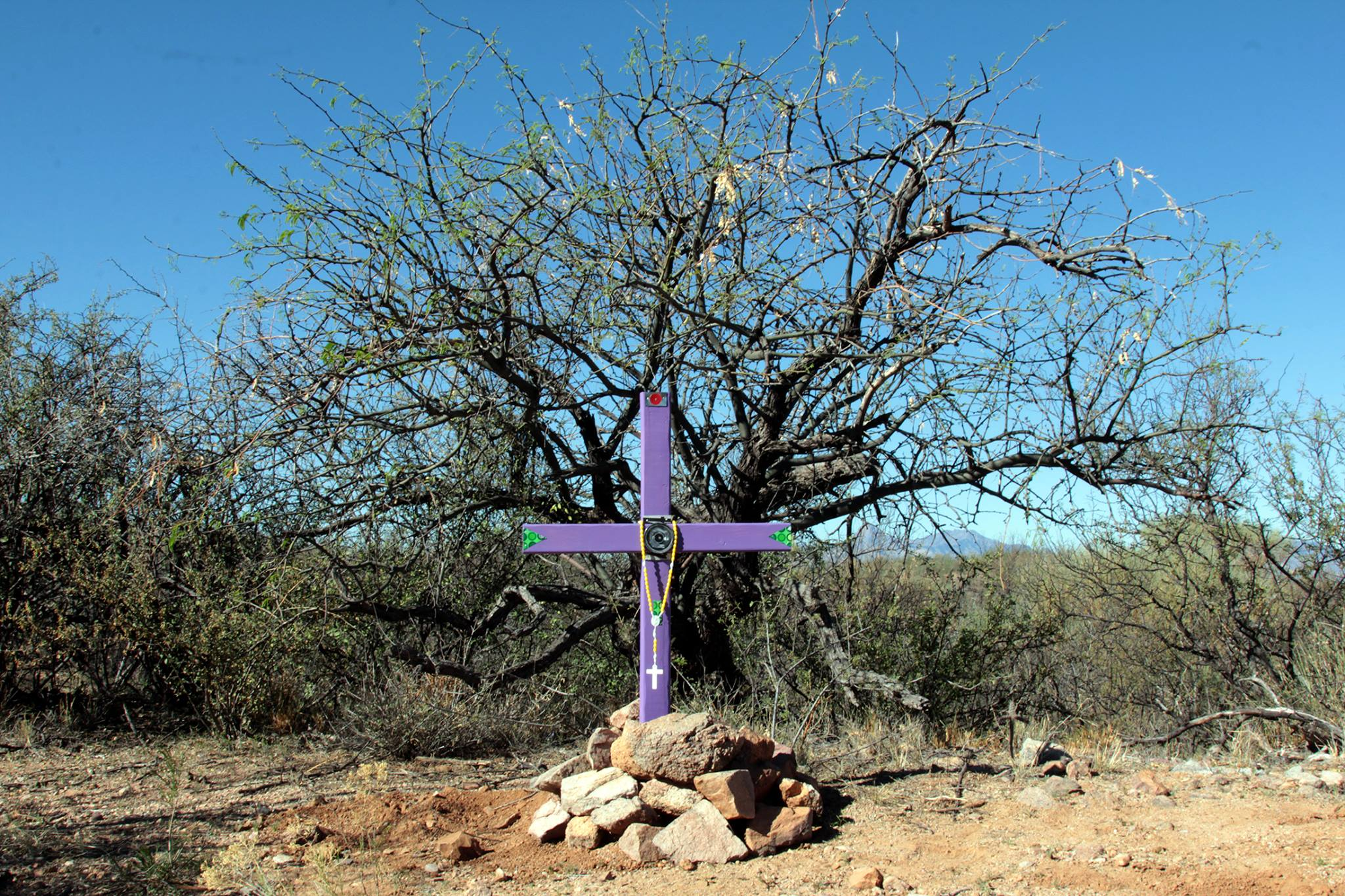 A handmade cross in Arizona's Sonoran Desert representing where a fallen migrant's remains were found. Photo by Joshua Barajas.