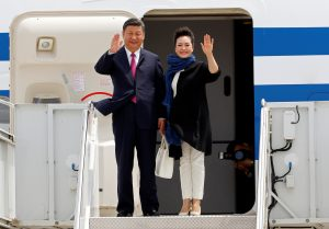China's President Xi Jinping and his wife Peng Liyuan arrive at Palm Beach International Airport in West Palm Beach, Florida. Photo by REUTERS/Joe Skipper.