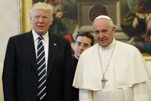 U.S. President Donald Trump and Pope Francis meet at the Vatican, May 24, 2017. REUTERS/Evan Vucci/Pool - RTX37CJW