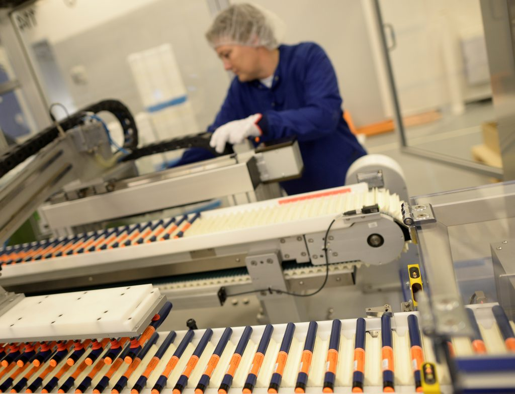 A Novo Nordisk employee controls a machine at an insulin production line in a plant in Kalundborg, Denmark November 4, 2013. REUTERS/Fabian Bimmer/File Photo - RTX2SQP7