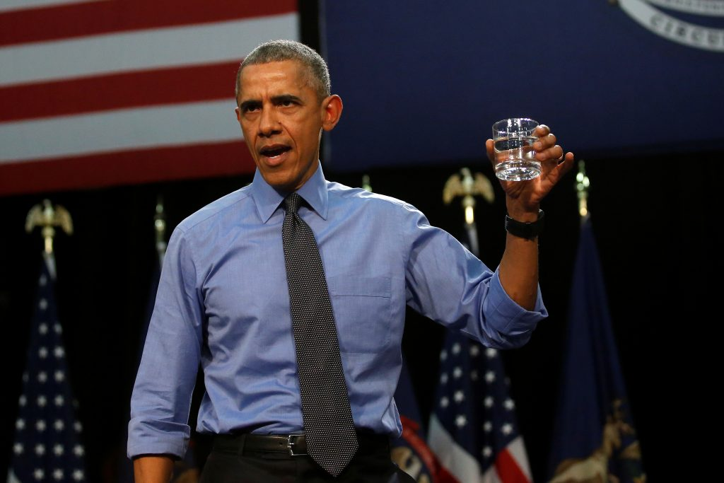 President Barack Obama drinks a glass of filtered water from Flint, a city struggling with the effects of lead-poisoned drinking water,  as he delivers remarks at North Western, in Flint, Michigan May 4, 2016.  REUTERS/Carlos Barria - RTX2CVIY