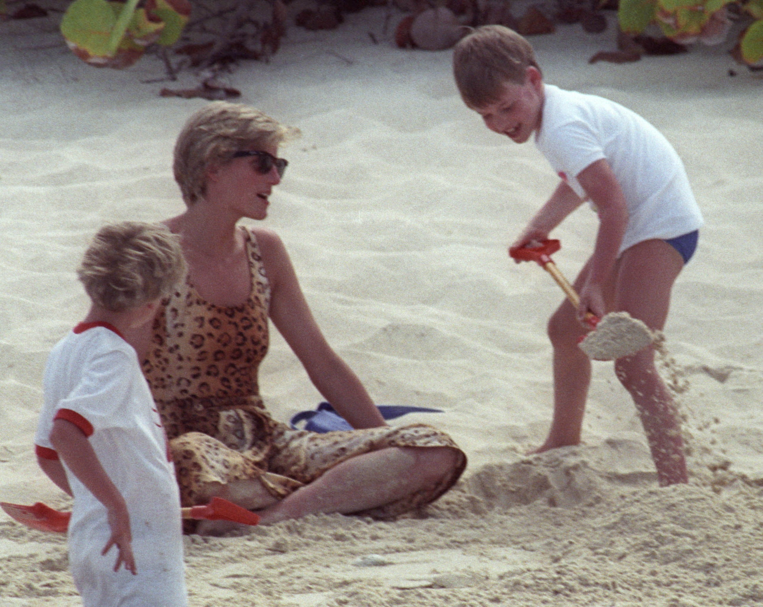 Prince William pours sand on his mother in the British Virgin Islands on April 11, 1990. Photo by Rob Taggart/Reuters