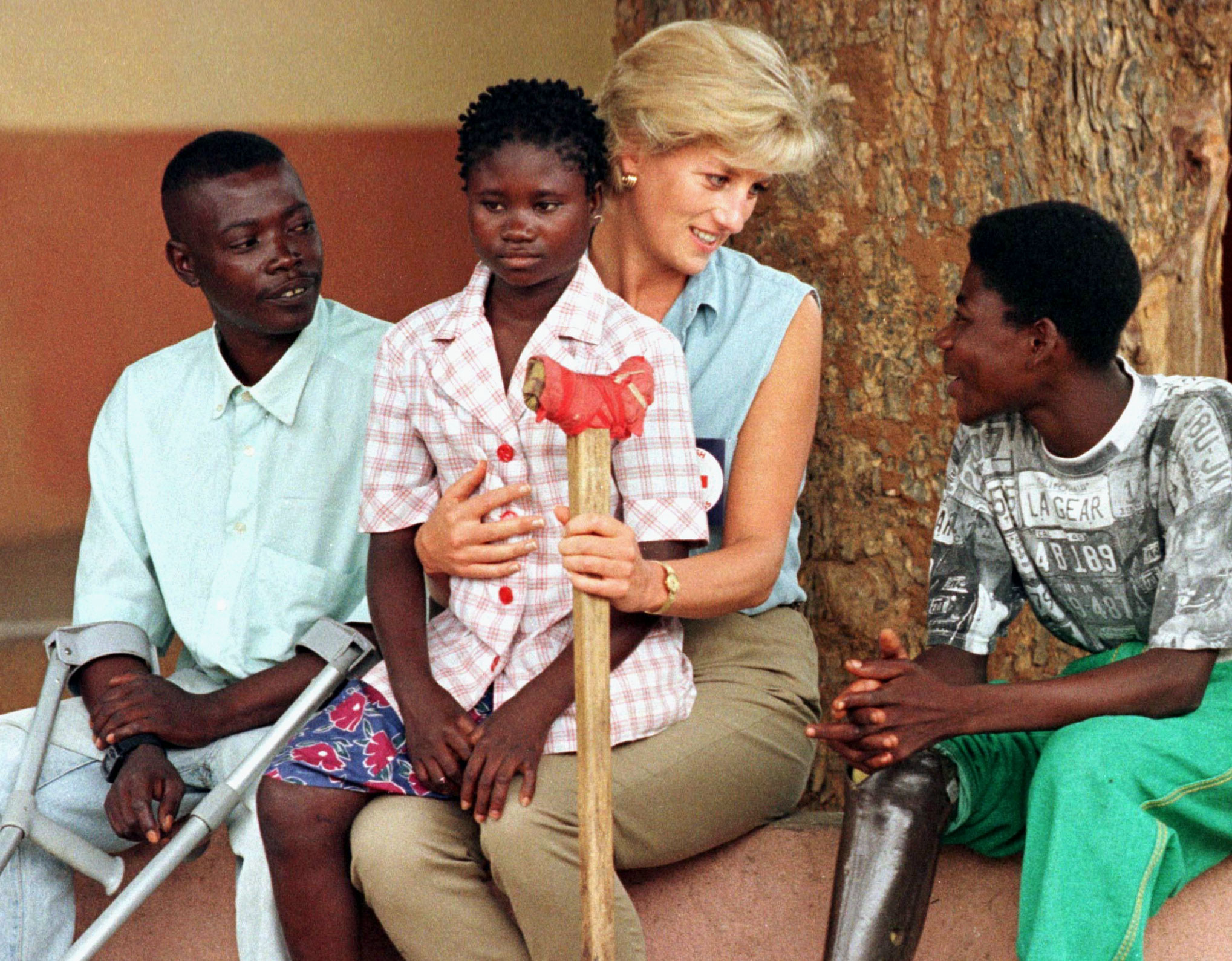 The Princess of Wales met with victims of landmines during a visit to Angola on Jan. 14, 1997. Photo by Jose Manuel Ribeiro/Reuters
