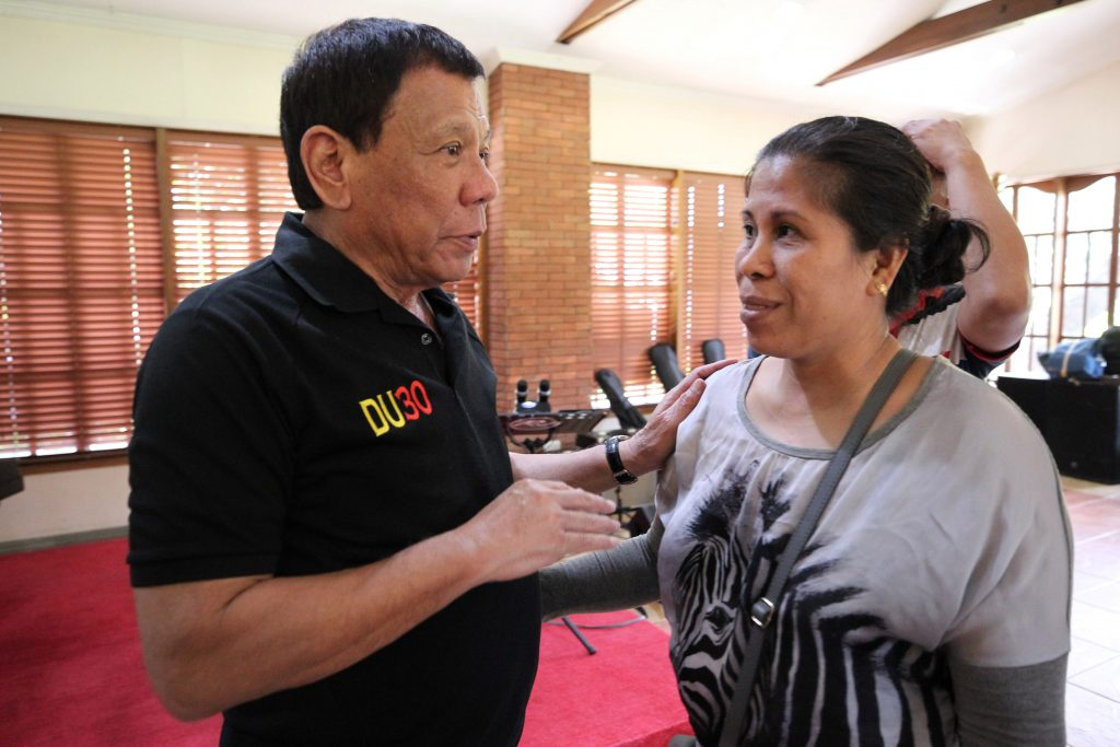 Philippine President Rodrigo Duterte talks to Lorenza delos Santos, the mother of 17-year-old high school student Kian Delos Santos, who was killed recently in police raid in line with the war on drug, during her visit at Malacanang presidential complex in metro Manila, Philippines August 28, 2017. Malacanang presidential palace/Handout via Reuters ATTENTION EDITORS - THIS IMAGE WAS PROVIDED BY A THIRD PARTY. NO RESALES. NO ARCHIVES. - RTX3DOP5