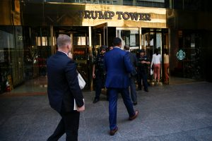 United States Secret Service agents walk into Trump Tower, the permanent home of U.S. President Donald Trump, in the Manhattan borough of New York City, August 4, 2017. REUTERS/Mike Segar - RTS1AFD4