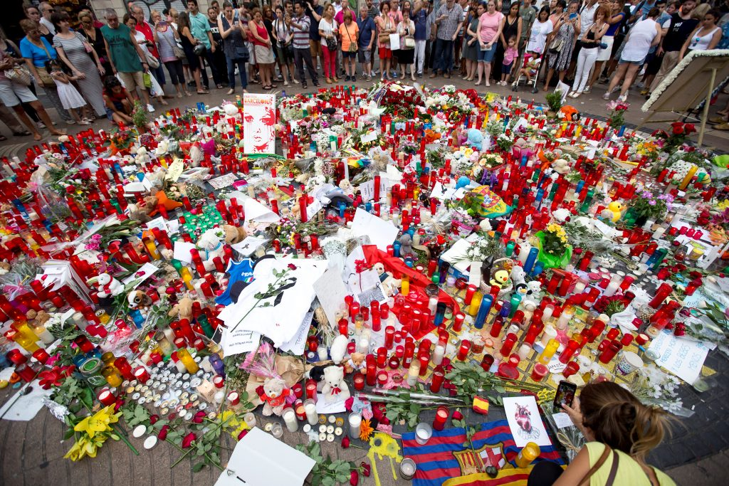 People gather around an impromptu memorial two days after a van crashed into pedestrians at Las Ramblas in Barcelona, Spain August 19, 2017. Photo By Reuters