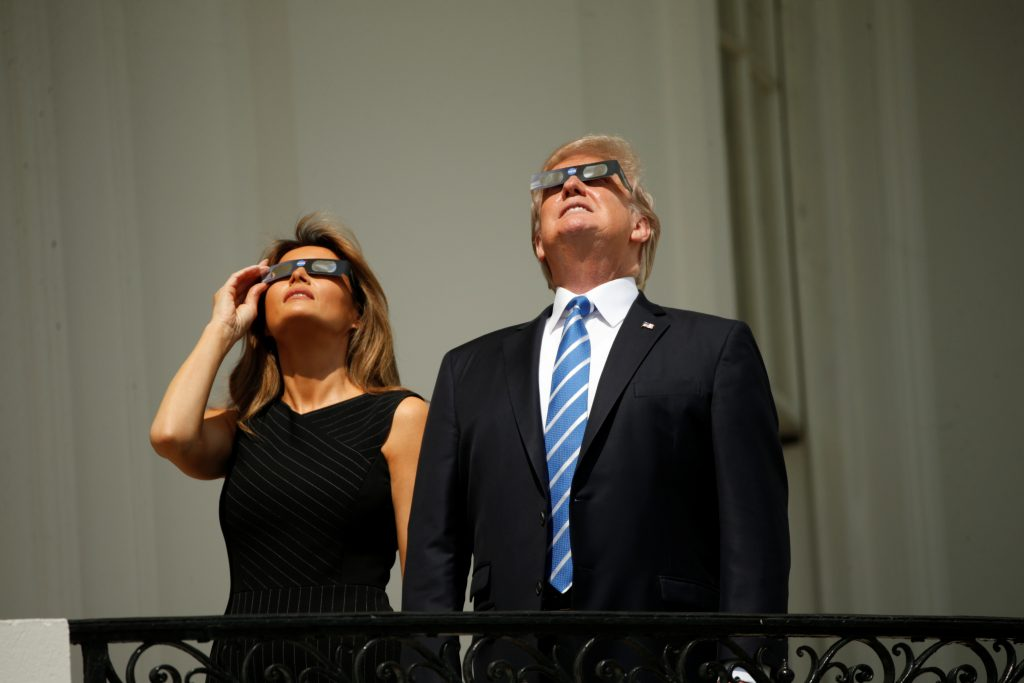 U.S. President Donald Trump watches the solar eclipse with first Lady Melania Trump from the Truman Balcony at the White House in Washington, U.S., August 21, 2017. REUTERS/Kevin Lamarque - RTS1CPAM