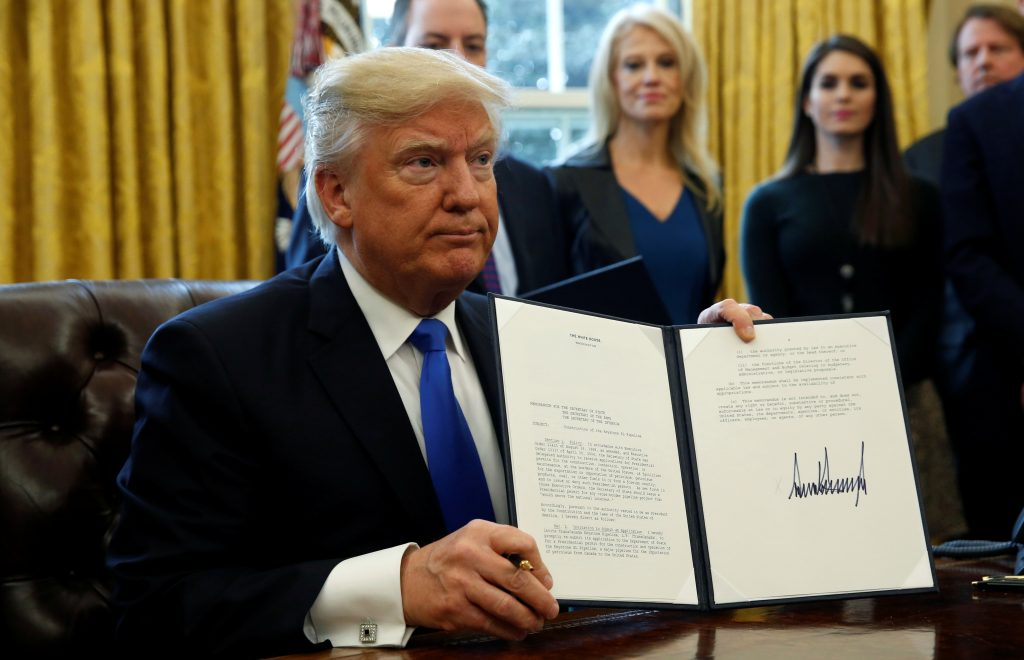 U.S. President Donald Trump holds up a signed executive order to advance construction of the Keystone XL pipeline at the White House in Washington January 24, 2017. REUTERS/Kevin Lamarque TPX IMAGES OF THE DAY - RC1EF34CDA00