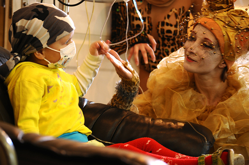 Theater performers visit the cancer patients at the Dmitry Rogachev center in Moscow. Photo courtesy of Podari Zhizn