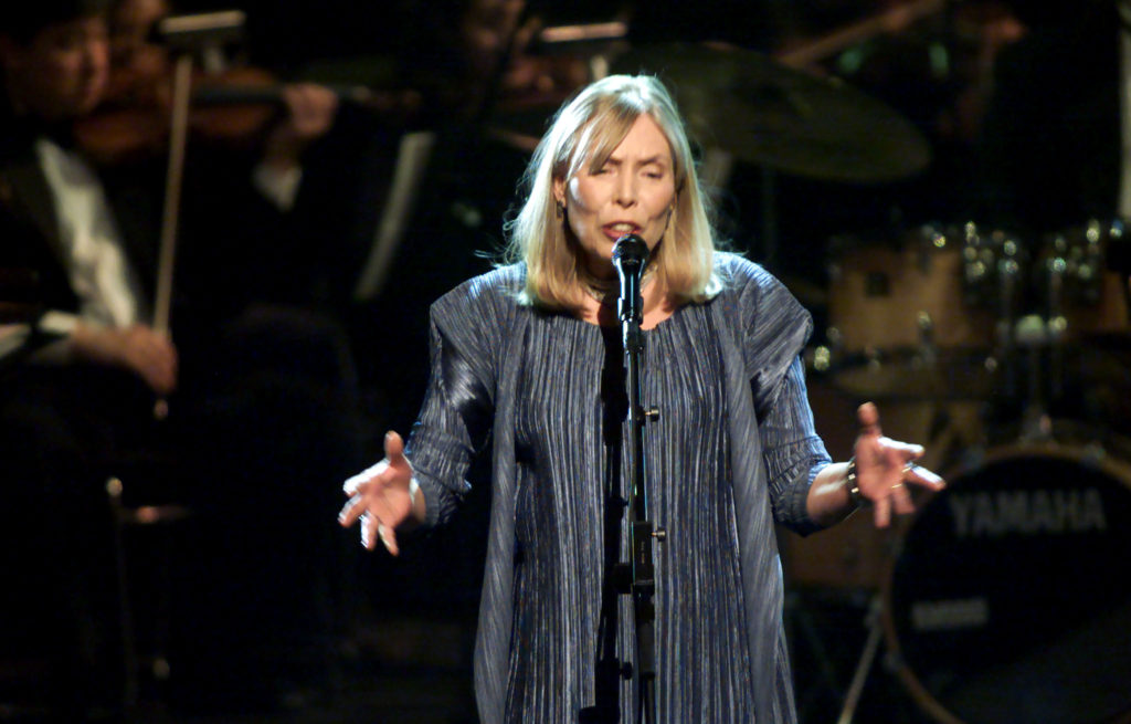JONI MITCHELL SINGS AT TELEVISION TRIBUTE.
