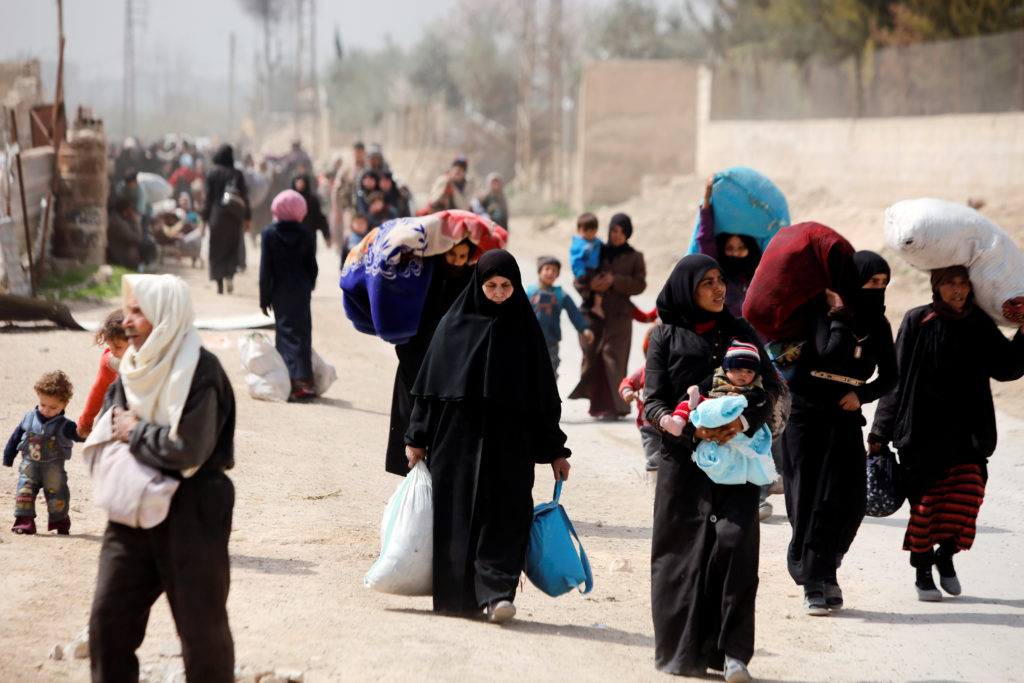 Thousands flee battles in Syria