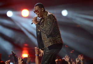 R. Kelly performs at the 2013 BET Awards in Los Angeles, California on June 30, 2013. Photo by Phil McCarten/Reuters