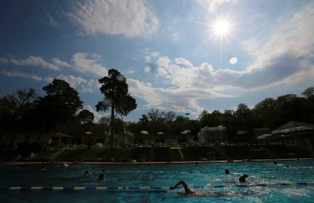 People relax at the public swimming pool of Schoenbrunner Bad on a sunny spring day in Vienna, Austria April 22, 2018. REUTERS/Leonhard Foeger - RC1B4D4EE7D0