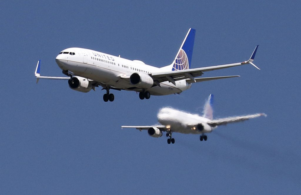 A United Airlines Boeing 737-800 and United Airlines A320 Airbus, April 14, 2015. REUTERS/Louis Nastro